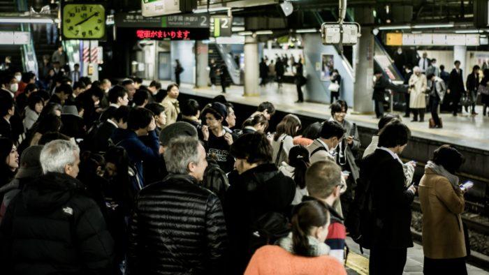 通勤時間帯の日本の駅のホームの様子